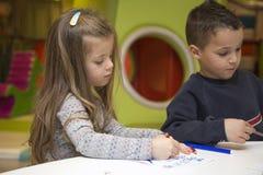 barn som tecknar husberg royaltyfri foto