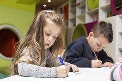 barn som tecknar husberg arkivfoto