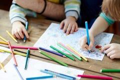 barn som tecknar husberg arkivbild