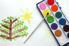 Barn som tecknar, och vattenfärgmålarfärger arkivbild