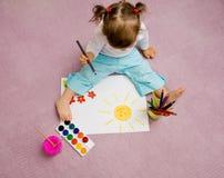 barn som tecknar s royaltyfria bilder