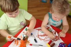 barn som tecknar två Royaltyfria Bilder