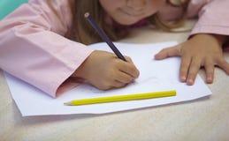 barn som tecknar utbildningsmålningsskolan Arkivbild
