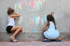barn som tecknar väggen Arkivfoto