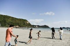 Barn som tillsammans körs till stranden på det Namsai strandSattahip området Thailand royaltyfri fotografi