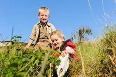 Barn som tillsammans leker Fotografering för Bildbyråer