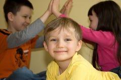 barn som tillsammans leker tre Royaltyfria Bilder