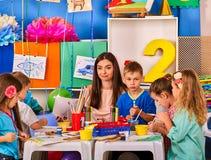 Barn som tillsammans målar och drar Hantverkkurs i grundskola för barn mellan 5 och 11 år Royaltyfria Bilder