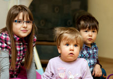 barn som tillsammans sitter fotografering för bildbyråer