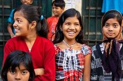 Barn som tillsammans skrattar och har gyckel på gatan Royaltyfri Fotografi