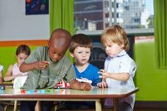 Barn som tillsammans spelar fotografering för bildbyråer