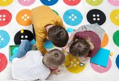 Barn som tillsammans spelar som ett lag Royaltyfri Foto