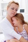barn som tröstar henne moder Royaltyfri Bild