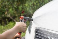 Barn som tvättar bilen Royaltyfria Foton