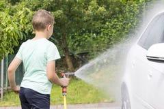 Barn som tvättar bilen Royaltyfria Bilder