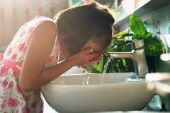 barn som tvättar framsidan royaltyfri bild