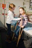 Barn som två låtsar för att vara doktor och patient - stetoskop och kopplingar royaltyfri bild