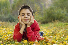 Barn som tycker om den älskvärda hösten Arkivfoto