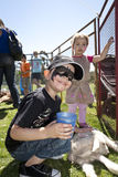 Barn som tycker om den djura zooen Fotografering för Bildbyråer