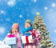 Barn som tycker om deras julklappar Arkivbild