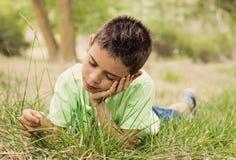 Barn som tycker om naturen Arkivfoton