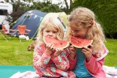 Barn som tycker om picknickstund på campa ferie för familj Arkivfoton