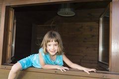 Barn som ut hoppar fönstret arkivfoton