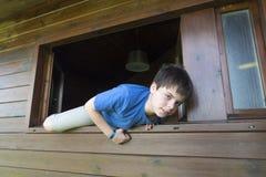 Barn som ut hoppar fönstret Royaltyfria Bilder