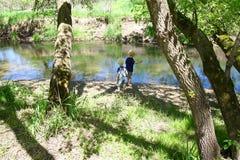 Barn som utanför spelar på floden Royaltyfri Foto