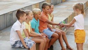 Barn som utanför spenderar tid lager videofilmer