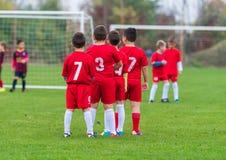 Barn som utbildar fotboll Arkivfoton