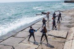 Barn som utbildar karate på stenkusten Arkivbilder
