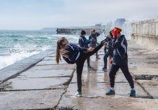 Barn som utbildar karate på stenkusten Royaltyfria Bilder