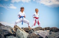 Barn som utbildar karate på stenkusten Fotografering för Bildbyråer