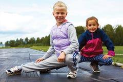 Barn som utbildar på stadionsträckning royaltyfria bilder