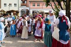 Barn som utför musik på den historiska festivalen Fotografering för Bildbyråer