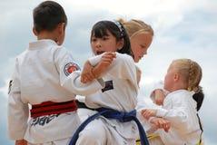 barn som utför taekwondo royaltyfri bild