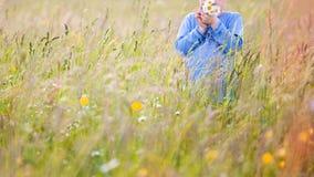 Barn som väljer blommor på en äng fotografering för bildbyråer