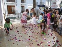 Barn som väljer konfettier Royaltyfria Foton