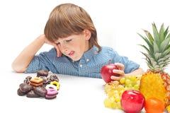Barn som väljer mat royaltyfri bild