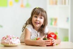 Barn som väljer sunda grönsaker i stället för Fotografering för Bildbyråer
