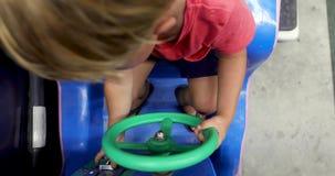 Barn som vänder aktivt styrninghjulet lager videofilmer