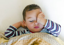 Barn som vaknar upp Arkivbild
