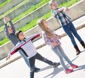 Barn som visar olika diagram under leken Arkivfoton