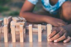 Barn spelar höga lekar för bunten arkivfoton