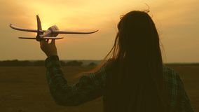 barn spelar leksakflygplanet Flickadr?m av flyget och att bli en pilot l?ngsam r?relse Lyckliga flickasystrar som k?rs med en lek lager videofilmer