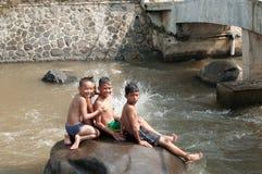 Barn spelar på floden Royaltyfria Bilder