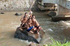 Barn spelar på floden Fotografering för Bildbyråer
