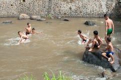 Barn spelar på floden Royaltyfri Foto