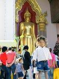 Barn står framme av templet Royaltyfria Foton